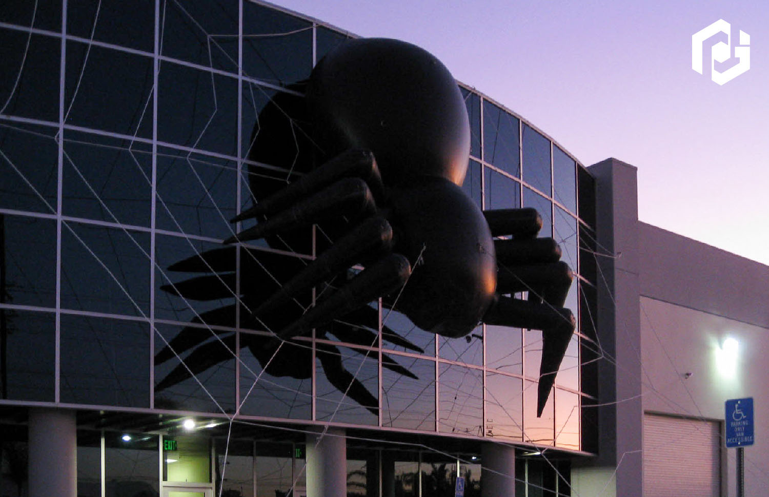 25-foot-spider-on-building